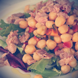 Tuna chickpeas and red pepper salad